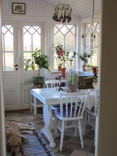 ~Magical Home Inspirations~ — Lovely cottage porch. Cottage Shabby Chic, Cottage Porch, Cozy Cottage, Cottage Living, Cottage Homes, Cottage Style, Garden Cottage, Living Room, Vibeke Design