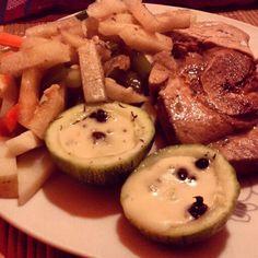 Pierna de cerdo con verduras y calabacitas rellenas de queso y nucu