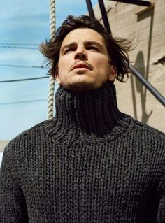 Josh Hartnett for Marc O'Polo Fall/Winter Photographed by Bruce Weber. Sweater Scarf, Men Sweater, Chunky Knitwear, Men's Knitwear, Josh Hartnett, Mens Turtleneck, Gents Fashion, Fur Fashion, Thick Sweaters