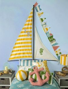 Más inspiración marinera para decorar la habitación infantil : Inspírate en esta fotografía para decorar un espacio infantil con estilo náutico, recrea las velas de un barco en una pared del dormitorio para conseguir u