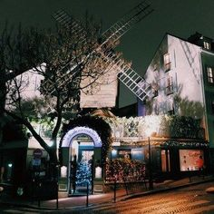 Le Moulin de la Galette is the perfect place for a romantic dinner in the heart of Montmartre. Paris Images, Paris Photos, Best Vacation Destinations, Best Vacations, Saint Tropez, Best Restaurants In Paris, Louvre Museum, Dinner In Paris, Paris Markets