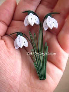 Schneeglöckchen aus Papier … Snowdrops made of paper More Make paper tree by yourself – YouTuDIY Paper Birds on the Wall, Papercraft, EinfaHat Quilled Key Chains / Paper Quilling Key Chains Neli Quilling, Paper Quilling Flowers, Paper Quilling Tutorial, Paper Quilling Patterns, Origami And Quilling, Quilled Paper Art, Quilling Paper Craft, Quilling Comb, Paper Paper