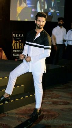 5 times Shahid Kapoor gave us major fashion goals African Wear Styles For Men, African Dresses Men, African Attire For Men, African Clothing For Men, African Shirts For Men, Nigerian Men Fashion, Indian Men Fashion, Mens Fashion Wear, Suit Fashion