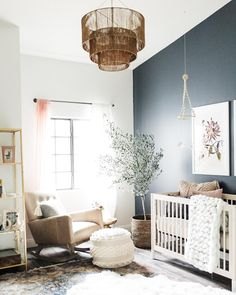 helles, geschlechtsneutrales Kinderzimmer mit dunklem Akzentwand und Boho-Stil bright, gender-neutral nursery with dark accent wall and boho style, accent wall Dark Accent Walls, Accent Wall Colors, Blue Walls, Mini Crib, Nursery Design, Nursery Layout, Design Bedroom, Nursery Inspiration, Baby Room Decor