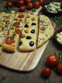 Focaccia Brot mit Knoblauch und Rosmarin, Tomaten und Pinienkernen sowie Oliven