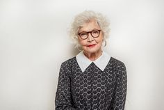 Friendly old woman expressing positive emotions Trendy Hairstyles, Straight Hairstyles, Loose Perm, Haircut For Face Shape, Sleek Bob, Punk Looks, Silver Blonde, Shades Of Blonde, Look Older