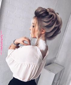 5 Easy But Gorgeous Christmas Hairstyles To Look Interesting - Something less exertion more advantage is hanging tight for you. That implies you will get some Gor - Fast Hairstyles, Bride Hairstyles, Gorgeous Hairstyles, Perfect Hairstyle, Chignon Volume, Peinado Updo, Graduation Hairstyles, Pinterest Hair, Christmas Hairstyles