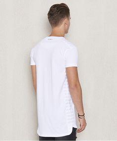 Ribbed t-shirt från Blench. Det här är en vit t-shirt som har ribbade sömmar på axlarna samt i sidorna. Vid ärmsluten finns en liten slits och en patch med logotyp. Avslutet nedtill är rundat och något längre baktill.  Ribbade sömmar Rundat avslut Patch med logotyp 100% Bomull 30° Maskintvätt