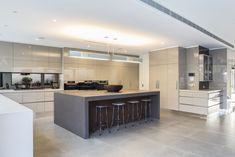 Large Contemporary Kitchen, Breakfast Bar