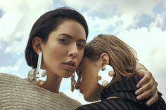 Idée et inspiration Bijoux : Image Description GLA campanha Luxury Jewelry, Modern Jewelry, Trendy Jewelry, Photo Jewelry, Jewelry Art, Fashion Accessories, Fashion Jewelry, Women's Fashion, Fashion Earrings