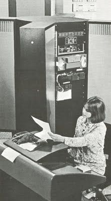Diríamos que la torre de la derecha de esta secretaria es la CPU de la época... grande, no?