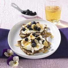 Blaubeer-Frischkäse-Brot (Diät) Rezept: Person,Mandeln,Blaubeeren,Frischkäse,Vollkornbrot,Honig,Apfelsaft,Mineralwasser