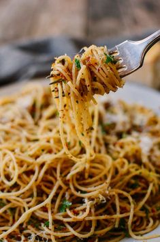 Spaghetti with breadcrumbs & anchovies рецепт pasta! Kitchen Recipes, Cooking Recipes, Freezer Recipes, Cooking Stuff, Cooking 101, Freezer Cooking, Pasta Dishes, Food Dishes, Summer Pasta Recipes