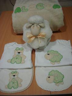 Canastillas de bebé: mantita, bodies, baberos y ovejita.