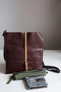 Płaska torebka średniej wielkości+ zielony piórnik+ portfel z irchy w kolorze mysim. #flatbag #leatherwallet #pencilcase