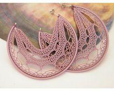 crochet earrings, beautiful and so delicate. Diy Jewelry, Beaded Jewelry, Handmade Jewelry, Jewelry Making, Jewellery, Crochet Earrings Pattern, Crochet Necklace, Crochet Patterns, Textile Jewelry
