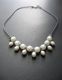 Pearl and Leather Necklace. Pearl Beaded por SimpleElementsDesign, $58.00
