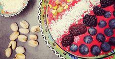 LAVKARBO SMOOTHIE BOWL MED SKOGSBÆR OG KOKOS Smoothie Bowl, Stevia, Bowls, Birthday Cake, Keto, Desserts, Food, Serving Bowls, Tailgate Desserts