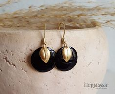 "Süße Ohrringe ""goldener Herbst"" aus Emaille mit goldenen Blättern / little black earrings with golden leaves made by Hermoosa via DaWanda.com"