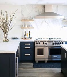 Today on the blog we are continuing our designer spotlight series -- we are sharing the amazing designs by @wendyworddesign. Love this navy kitchen -- more images + details on http://Beckiowens.com. /ryangarvin/