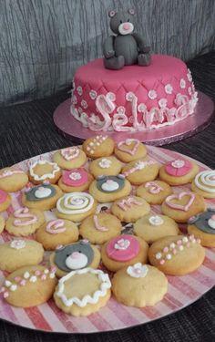 Selma, biscuits, cakes, bear...   Inspiré par la création de Morgane de Cakes Paradise    http://www.marmiton.org/video/video-youtube_cake-design-gateau-d-anniversaire-pour-fille_844.aspx