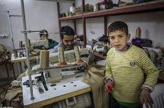 Сирийски бежанци шият униформи за ИДИЛ в турски фабрики