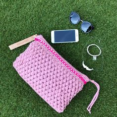 Clutch en punto garbanzo XL | SANTA PAZIENZIA Picnic Blanket, Outdoor Blanket, Sunglasses Case, Diy, Crochet Bags, Crochet Purses, Tricot, Chickpeas, Toiletry Bag