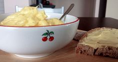 La maionese non ha bisogno di alcuna presentazione. E' una delle salse più conosciute ed utilizzate al mondo e la ricetta per prepararla è davvero semplicissima. E' un condimento versatile e si sposa magnificamente con piatti a base di carne, di pesce, di verdure o uova, insomma, un vero e proprio jolly per le nostre creazioni culinarie. In poco meno di 20 minuti, ognuno, potrà essere in grado di farsi da se il proprio vasetto di maionese fatta in casa! Italian Recipes, Mashed Potatoes, Serving Bowls, Food Photography, Pudding, Tableware, Ethnic Recipes, Desserts, Jolly