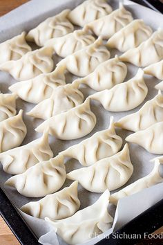 to Make Chinese Dumplings (Jiaozi) Do you love Chinese dumplings? Discover how you can make your own.Do you love Chinese dumplings? Discover how you can make your own. How To Make Dumplings, Homemade Dumplings, Dumpling Recipe, Dumpling Dough, Chinese Dumplings, Steamed Dumplings, Chicken Dumplings, Gastronomia, Japanese Recipes