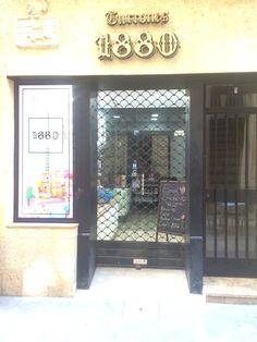 Esto es turrones 1880 - una tienda que vende turrón, un dulce tipico de Alicante. Està muy cerca de la cervecería nos visitamos