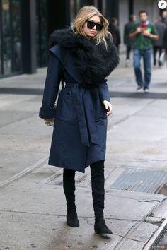 Gigi Hadid à la sortie de son appartement à New York, le 12 novembre 2015. Un look d'hiver pour la star qui mise sur des cuissardes plates en daim (la-it pièce de la saison) et un manteau au col fourrure. On adore l'association du noir et du bleu marine, tellement chic !
