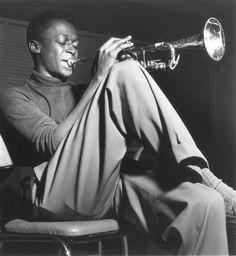Jazz great Miles Davis, Hackensack, New Jersey, photo by Francis Wolff Jazz Artists, Jazz Musicians, Music Artists, Green Miles, Music Icon, My Music, Miles Davis Poster, Francis Wolff, Looks Hip Hop