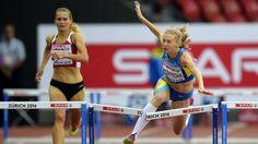 Breaking News: Die Ukrainerin Hanna Ryzhykova kommt beim 400-Meter-Hürdenlauf aus dem Tritt und stürzt in die letzte Hürde hinein. Zum Glück geht nur die Hürde zu Bruch