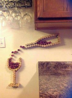 Cute decoration with wine corks! #winebottlecrafts