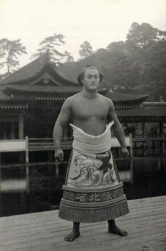 Sumo wrestler, will handle me his 1910 costume as pajama for me tonight Geisha, Samurai, Japanese History, Japanese Culture, Kendo, Sumo Wrestler, Japanese Warrior, Japan Art, Nihon