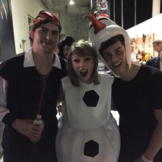 Taylor Swift with Vance Joy and Shawn Mendes backstage at the 1989 Tour in Tampa, Florida Taylor Swift Pictures, Taylor Alison Swift, Joy Taylor, Shawn Mendes Taylor Swift, Shawn Taylor, Backstage, The 1989 World Tour, Vance Joy, 1989 Tour