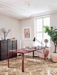 How do you think your home office could look like? Have a look at this studio and get inspired!