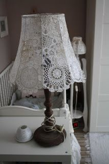 cotton tape is wound to which it is sewn into the canopy Lace Lampshade, Doily Lamp, Crochet Lampshade, Vintage Lampshades, Shabby Chic Lamp Shades, Shabby Chic Decor, Lampe Crochet, Creation Deco, Lace Doilies