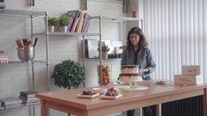 Dripcakes versier je samen met de Meesterbakker! Bij ons heb je de keuze uit 3 maten dripcake, 2 soorten vulling (M&M bavaroise en aardbeienbavaroise) en 3 kleuren drip. Naast de dripcake bieden we diverse versiersetjes, sprinkles en eetbare lijm. Hoe versier je je dripcake? Jaba, Shelves, Furniture, Home Decor, Seeds, Shelving, Decoration Home, Room Decor, Shelving Units