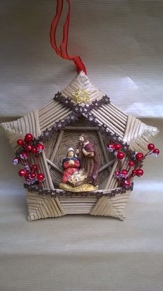 Beautiful, so well done. I would hang in a prominent place. Christmas Nativity Scene, Noel Christmas, A Christmas Story, Christmas Decorations For The Home, Holiday Ornaments, Paper Weaving, Newspaper Crafts, Xmas Wreaths, Diy Décoration