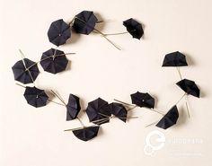 'Bloemencollier' | Marie José Hoeboer - silver, cotton - Collier bestaande uit lange zilveren (?) staafjes met in het midden twee maal een ronddraaiing, en aan het uiteinde een knopje met een donkerblauw textielbloempje in de vorm van een paraplu. El