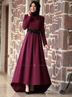 Pourpre - Tissu doublé - Col rond - Robe de soirée - Amine Hüma İslami Erkek Modası 2020 - Tesettür Modelleri ve Modası 2019 ve 2020 Muslim Evening Dresses, Hijab Evening Dress, Hijab Dress Party, Muslim Dress, Modest Dresses, Stylish Dresses, Hijabi Gowns, Hijab Fashion, Fashion Dresses