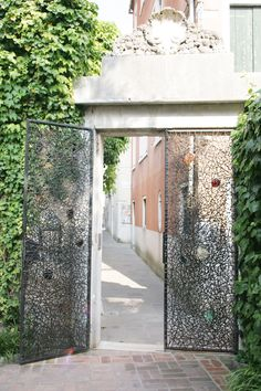 Entrance doors to the Peggy Gugenheim collection Museum in Venice Italy. that street it opens onto is the street we stayed in on our honeymoon xxxxx Peggy Guggenheim, Metal Screen, Iron Gates, Entrance Gates, Venice Italy, Door Design, Sculpture Art, Garden Design, Exterior
