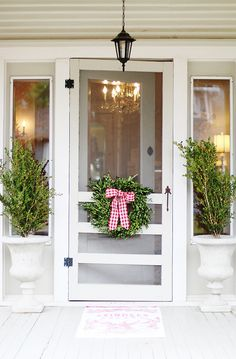 Tour of a Vintage Christmas Cottage – Thistlewood Farm – farmhouse front door with screen Front Door With Screen, Diy Screen Door, Screen Door Decorations, Diy Door, Screen House, Cottage Porch, Cottage Style, Farmhouse Style, Rustic Farmhouse