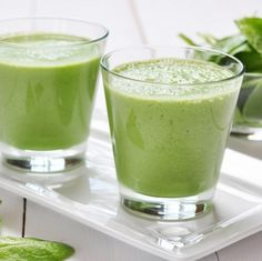 Grüner Smoothie mit Apfel, Birne, Banane, Gurke und Spinat