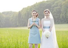 brautkleid mit passendem trauzeuginnenkleid in taubenblau, das brautjungfern kleid ist in allen farben wählbar