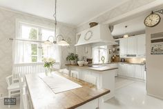 Ihastuttava maalaisromanttinen keittiö Living Room And Kitchen Design, Kitchen Decor, Kitchen Ideas, Cozinha Shabby Chic, Modern Country Style, Open Plan Living, White Houses, Country Kitchen, My Dream Home