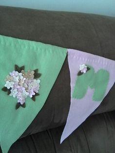 Bandeiras em feltro com flores e letras