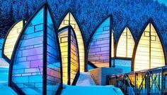 Tschuggen Grand Hotel. Nel 2006 a Arosa, in Svizzera,l'architetto Mario Botta ha realizzato Tschuggen Grand Hotel e Centro Benessere (o Berg Oase), una struttura ben integrata nel paesaggio circostante. Di notte il Berg Oase illuminato è davvero suggestivo. Via creativeroom.tumblr.com