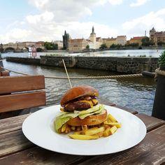 Big green egg beef burger met  gecarameliseerde ui bacon cheddar en bacon potatoe fries met een zicht op de old town van Praag. #burger #food #bacon #lunch #hamburger #chips #prague #praha #czech #czechrepublic #travel #cityguysnl #waarisRoger